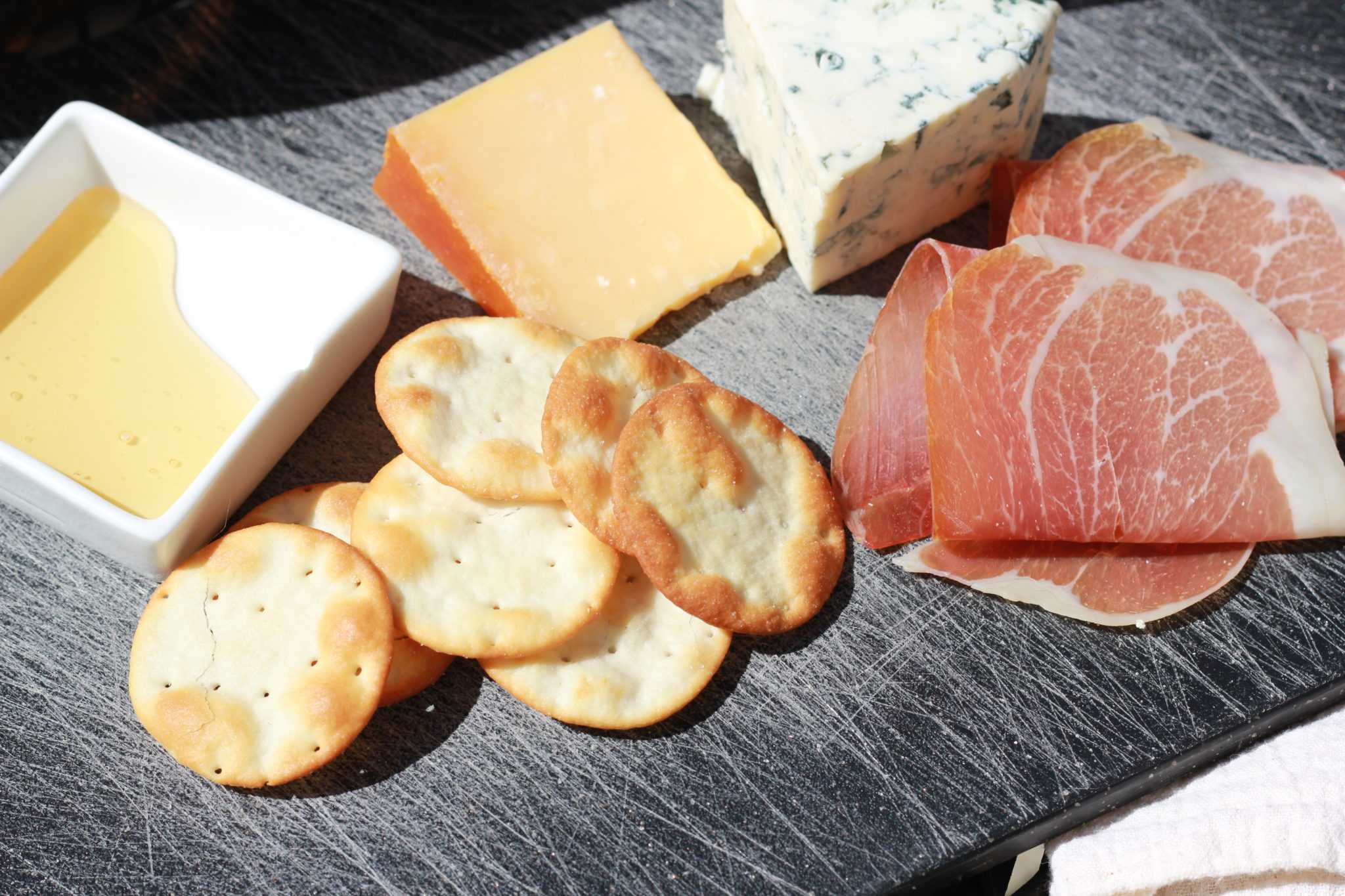 crackers cheese proscuitto